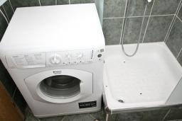 Ванная комната. Рафаиловичи, Черногория, Рафаиловичи : Апартамент с отдельной спальней, 70 метров до моря