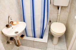 Ванная комната. Рафаиловичи, Черногория, Рафаиловичи : Студия с балконом в 120 метрах от моря