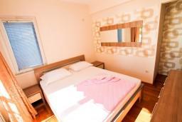 Спальня. Рафаиловичи, Черногория, Рафаиловичи : Уютный апартамент с отдельной спальней в 10 метрах от моря