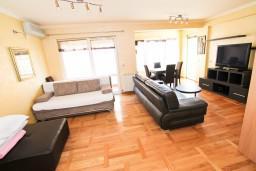 Гостиная. Рафаиловичи, Черногория, Рафаиловичи : Уютный апартамент с отдельной спальней в 10 метрах от моря