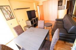 Обеденная зона. Рафаиловичи, Черногория, Рафаиловичи : Уютный апартамент с отдельной спальней в 10 метрах от моря