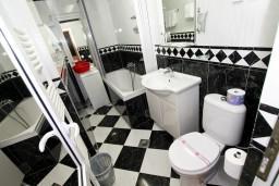 Ванная комната. Рафаиловичи, Черногория, Рафаиловичи : Уютный апартамент с отдельной спальней в 10 метрах от моря