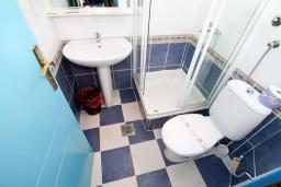 Ванная комната. Рафаиловичи, Черногория, Рафаиловичи : Уютная студия в 10 метрах от моря