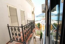 Вид на море. Рафаиловичи, Черногория, Рафаиловичи : Современный апартамент с отдельной спальней, с балконом с видом на море