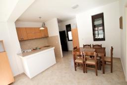 Обеденная зона. Рафаиловичи, Черногория, Рафаиловичи : Современный апартамент с отдельной спальней, с балконом с видом на море