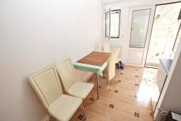Обеденная зона. Будванская ривьера, Черногория, Рафаиловичи : Апартамент с отдельной спальней в 200 метрах от моря