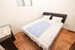 Спальня. Будванская ривьера, Черногория, Рафаиловичи : Апартамент с отдельной спальней в 200 метрах от моря