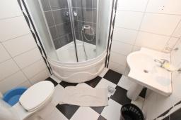 Ванная комната. Будванская ривьера, Черногория, Рафаиловичи : Апартамент с отдельной спальней в 200 метрах от моря