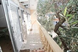 Балкон. Будванская ривьера, Черногория, Рафаиловичи : Апартамент с отдельной спальней в 200 метрах от моря