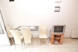 Обеденная зона. Будванская ривьера, Черногория, Рафаиловичи : Апартамент в Рафаиловичи с отдельной спальней, с балконом