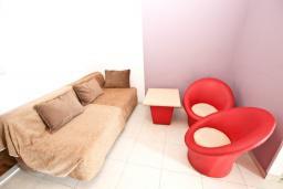 Гостиная. Будванская ривьера, Черногория, Рафаиловичи : Апартамент в Рафаиловичи с отдельной спальней, с балконом