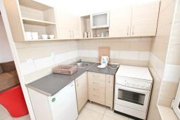 Кухня. Будванская ривьера, Черногория, Рафаиловичи : Апартамент в Рафаиловичи с отдельной спальней, с балконом