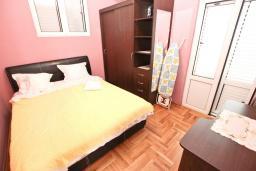 Спальня. Будванская ривьера, Черногория, Рафаиловичи : Апартамент в Рафаиловичи с отдельной спальней, с балконом