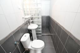 Ванная комната. Будванская ривьера, Черногория, Рафаиловичи : Апартамент в Рафаиловичи с отдельной спальней, с балконом