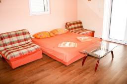 Гостиная. Рафаиловичи, Черногория, Рафаиловичи : Апартамент с отдельной спальней, с балконом с видом на море