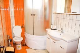 Ванная комната. Рафаиловичи, Черногория, Рафаиловичи : Апартамент с отдельной спальней, с балконом с видом на море
