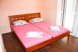 Спальня. Рафаиловичи, Черногория, Рафаиловичи : Апартамент с отдельной спальней, с балконом с видом на море