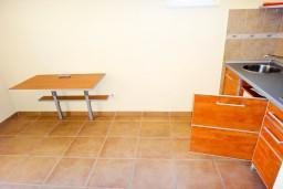 Кухня. Бечичи, Черногория, Бечичи : Апартамент с отдельной спальней на вилле с бассейном