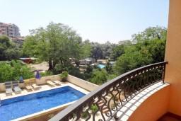 Вид. Бечичи, Черногория, Бечичи : Апартамент с отдельной спальней на вилле с бассейном