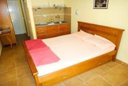 Студия (гостиная+кухня). Бечичи, Черногория, Бечичи : Студия на первом этаже в 300 метрах от моря