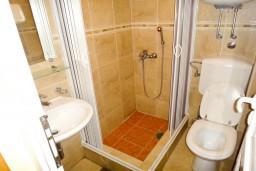 Ванная комната. Бечичи, Черногория, Бечичи : Студия на первом этаже в 300 метрах от моря