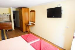 Студия (гостиная+кухня). Бечичи, Черногория, Бечичи : Студия с террасой в 300 метрах от моря