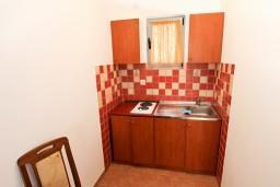 Кухня. Бечичи, Черногория, Бечичи : Апартамент с отдельной спальней на первом этаже