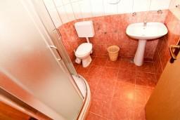Ванная комната. Бечичи, Черногория, Бечичи : Апартамент с отдельной спальней на первом этаже