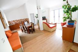 Гостиная. Будванская ривьера, Черногория, Бечичи : 2-х этажный апартамент для 6-8 человек, 2 отдельные спальни, с балконом с видом на море