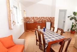 Кухня. Будванская ривьера, Черногория, Бечичи : 2-х этажный апартамент для 6-8 человек, 2 отдельные спальни, с балконом с видом на море