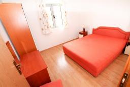 Спальня. Будванская ривьера, Черногория, Бечичи : 2-х этажный апартамент для 6-8 человек, 2 отдельные спальни, с балконом с видом на море