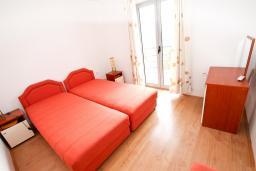 Спальня 2. Будванская ривьера, Черногория, Бечичи : 2-х этажный апартамент для 6-8 человек, 2 отдельные спальни, с балконом с видом на море