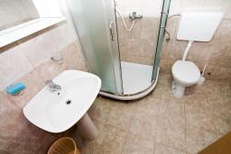 Ванная комната. Будванская ривьера, Черногория, Бечичи : 2-х этажный апартамент для 6-8 человек, 2 отдельные спальни, с балконом с видом на море