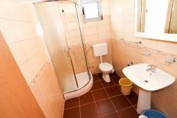 Ванная комната 2. Будванская ривьера, Черногория, Бечичи : 2-х этажный апартамент для 6-8 человек, 2 отдельные спальни, с балконом с видом на море