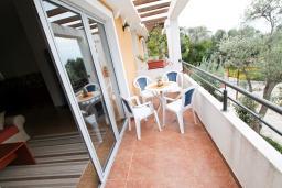Балкон. Будванская ривьера, Черногория, Бечичи : 2-х этажный апартамент для 6-8 человек, 2 отдельные спальни, с балконом с видом на море