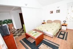 Студия (гостиная+кухня). Бечичи, Черногория, Бечичи : Просторная студия с балконом с видом на море
