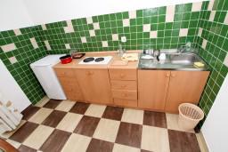 Кухня. Бечичи, Черногория, Бечичи : Просторная студия с балконом с видом на море