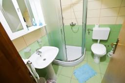 Ванная комната. Бечичи, Черногория, Бечичи : Просторная студия с балконом с видом на море