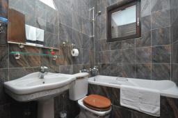 Ванная комната. Бечичи, Черногория, Бечичи : Апартамент для 4 человек, 2 отдельные спальни