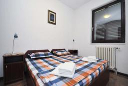 Спальня 2. Бечичи, Черногория, Бечичи : Апартамент с двумя спальнями в 250 метрах от моря