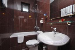 Ванная комната. Бечичи, Черногория, Бечичи : Апартамент с двумя спальнями в 250 метрах от моря