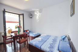 Спальня. Бечичи, Черногория, Бечичи : Апартамент с двумя спальнями в 250 метрах от моря