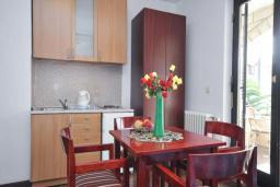 Кухня. Бечичи, Черногория, Бечичи : Апартамент с двумя спальнями в 250 метрах от моря