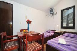 Спальня. Бечичи, Черногория, Бечичи : Апартамент с двумя спальнями и балконом