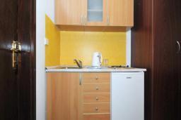 Кухня. Бечичи, Черногория, Бечичи : Апартамент с двумя спальнями и балконом