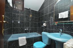 Ванная комната. Бечичи, Черногория, Бечичи : Апартамент с двумя спальнями и балконом