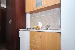 Кухня. Бечичи, Черногория, Бечичи : Апартамент с двумя спальнями в Бечичи в 250 метрах от моря