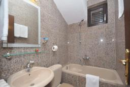 Ванная комната. Бечичи, Черногория, Бечичи : Апартамент с двумя спальнями в Бечичи в 250 метрах от моря