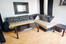 Гостиная. Бечичи, Черногория, Бечичи : Апартамент с отдельной спальней в 400 метрах от моря