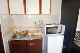 Кухня. Бечичи, Черногория, Бечичи : Апартамент с отдельной спальней в 400 метрах от моря